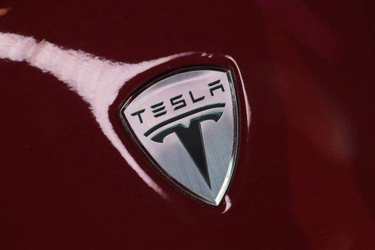 У Tesla з'явилися фірмові флеш-накопичувачі