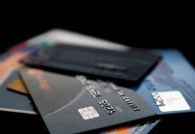 Українці масово відмовляються від пластикових банківських карток