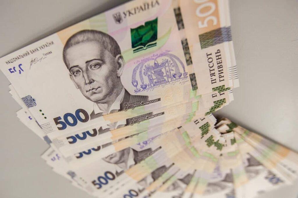 Українцям розповіли, як відрізнити фальшиві купюри від справжніх