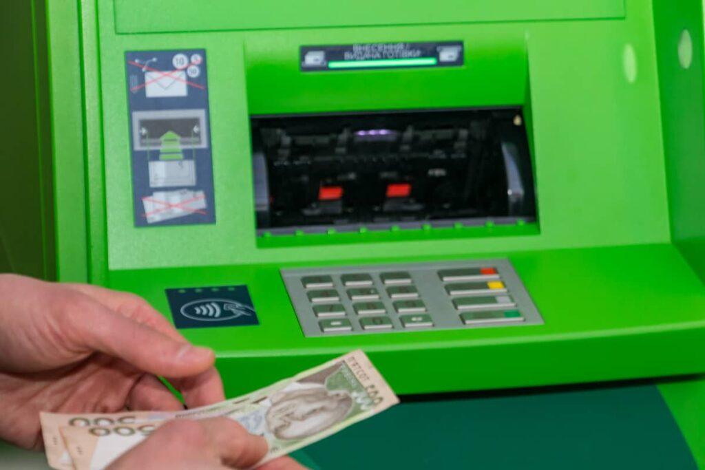 Українцям розповіли, чи може банкомат Приватбанку видати фальшиві гроші